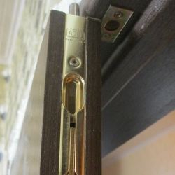 Ограничители двери и упоры